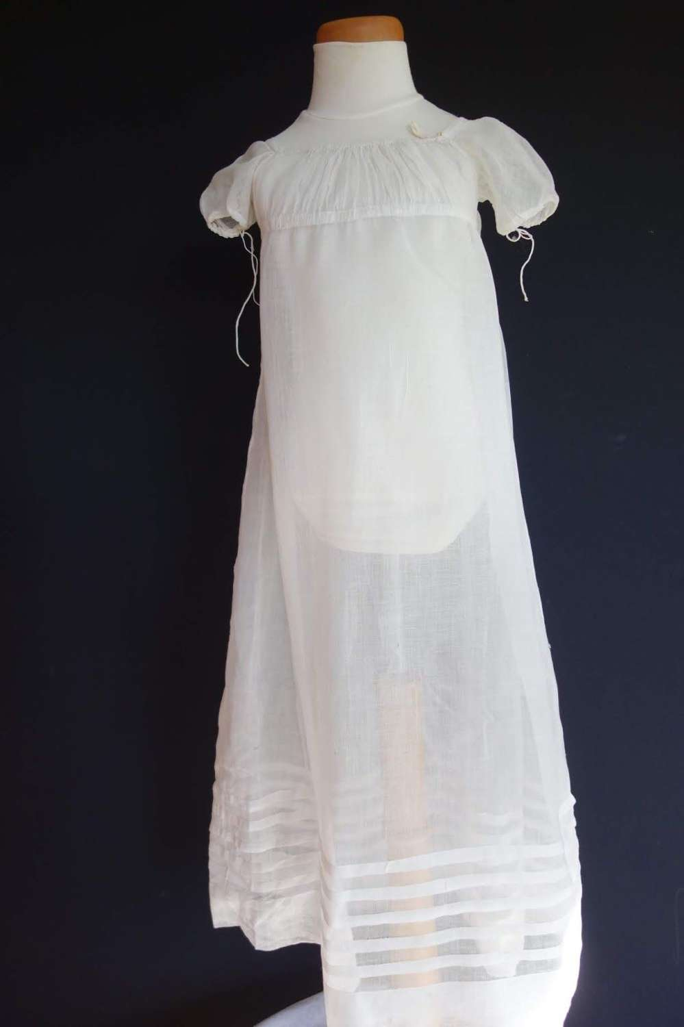 A white muslin small girl's gown. English ca. 1810