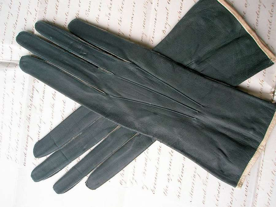 A good pair of green leather Regency gloves. English 1820s