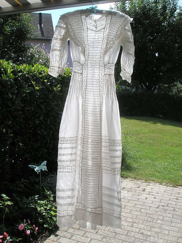 A beautiful muslin and lace tea dress. English ca. 1905
