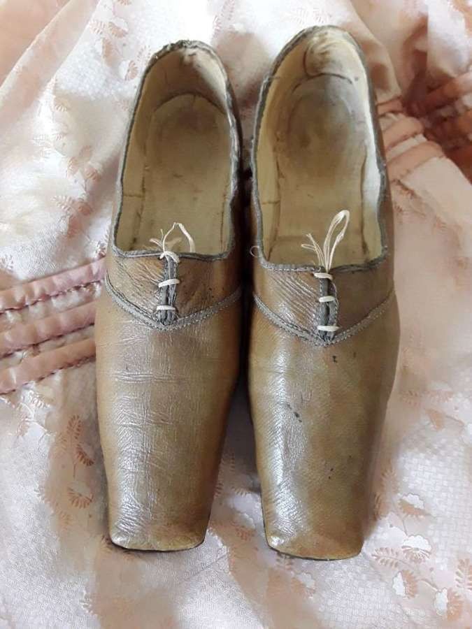 A rare pair of ladies' walking out shoes. English 1825 1830
