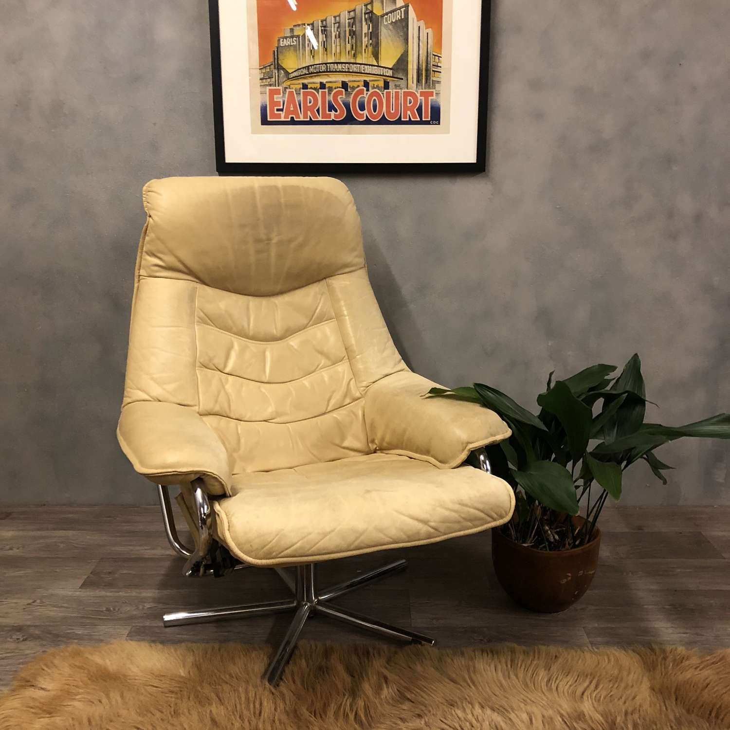 Midcentury Norwegian swivel chair in cream leather