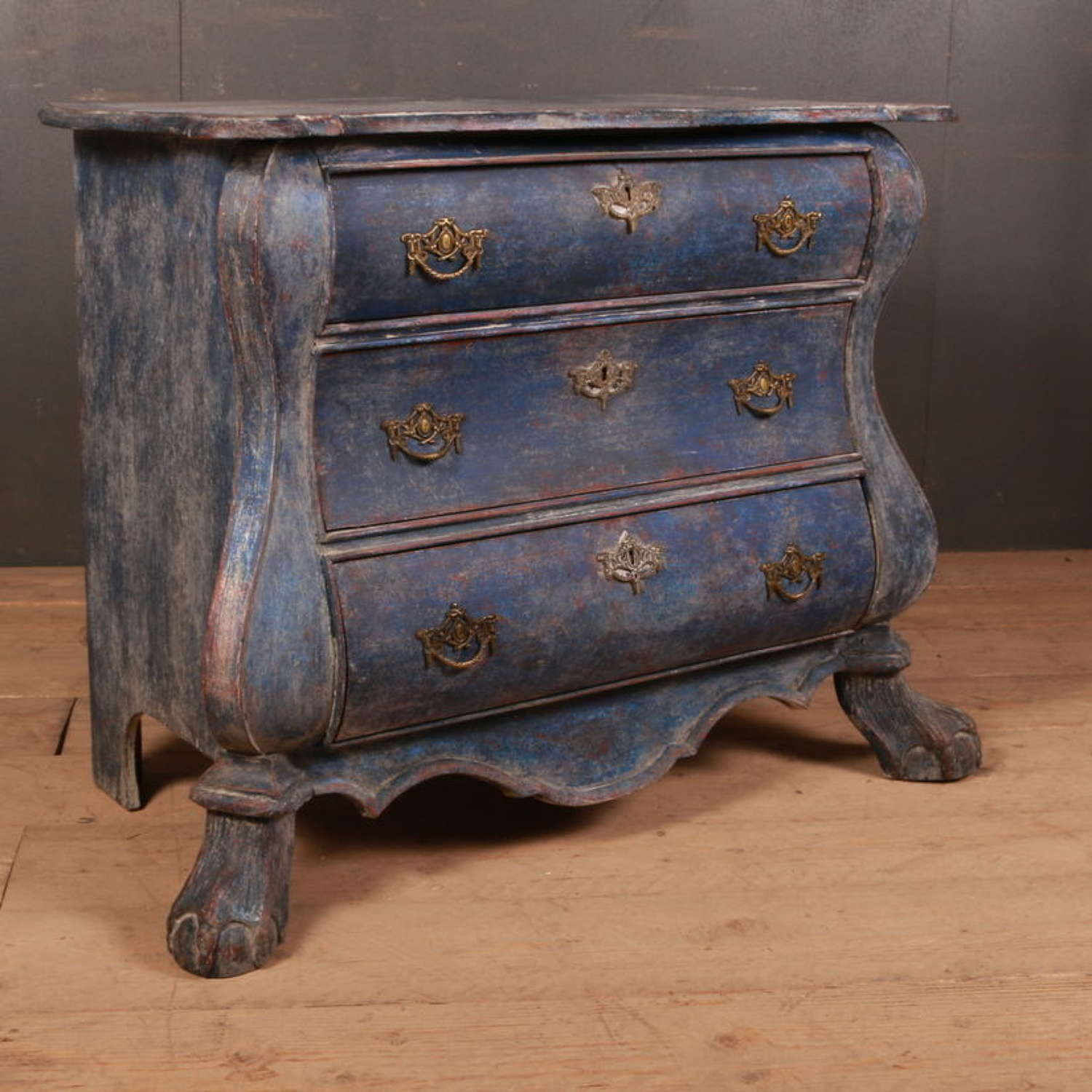 Dutch bombe commode