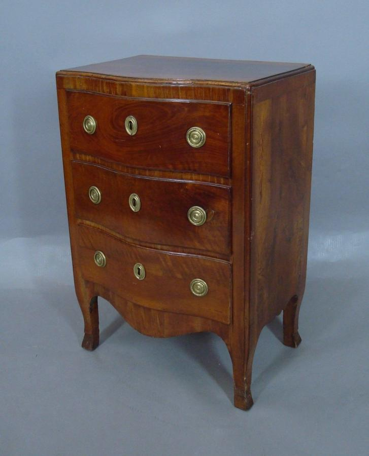 C18th Italian walnut small commode