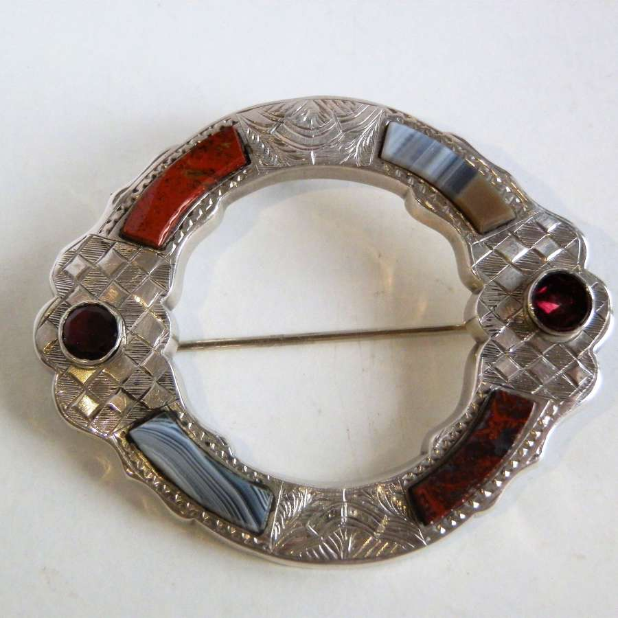 Scottish Victorian agate silver brooch c.1880