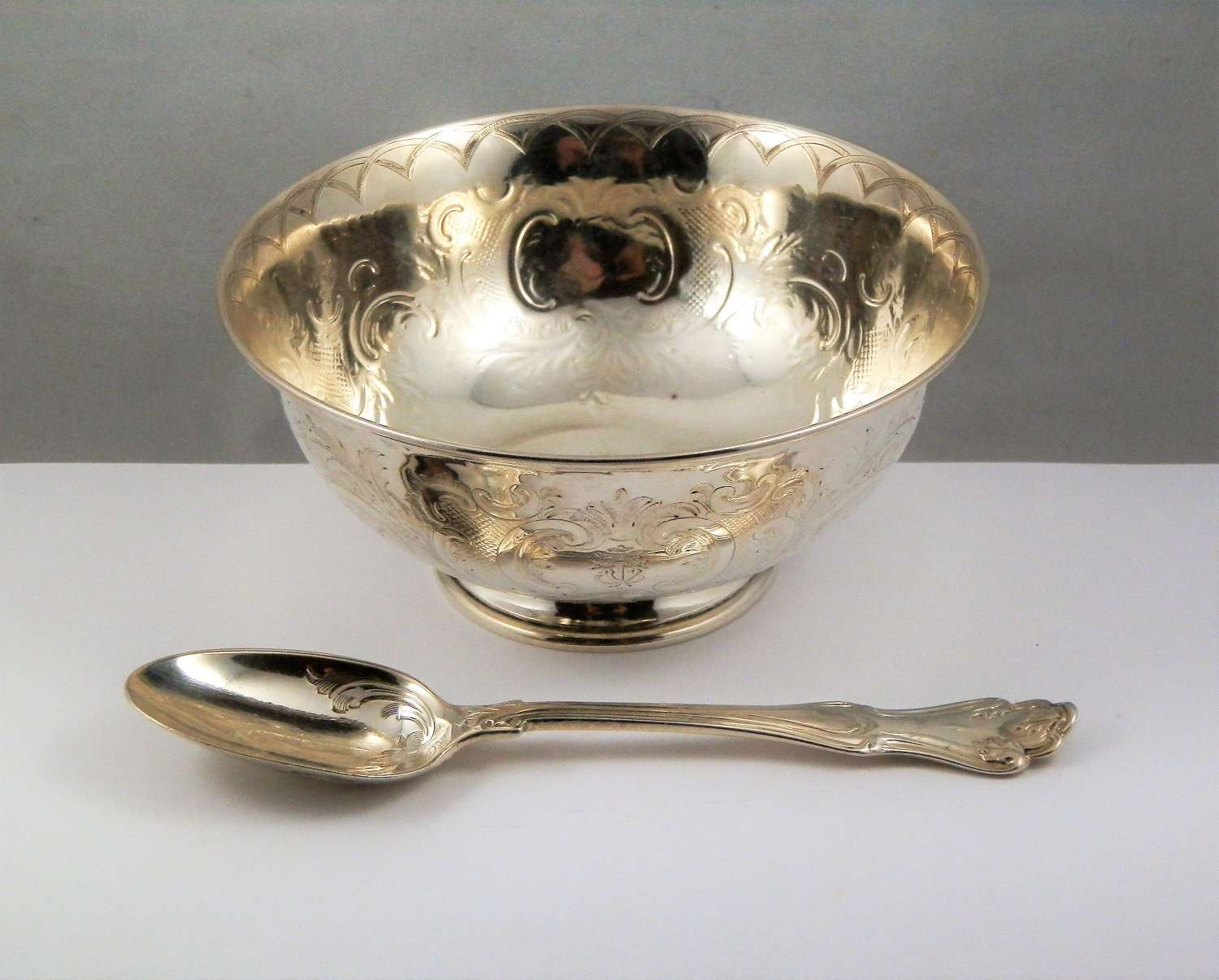 Victorian cased silver bowl and spoon, London 1852