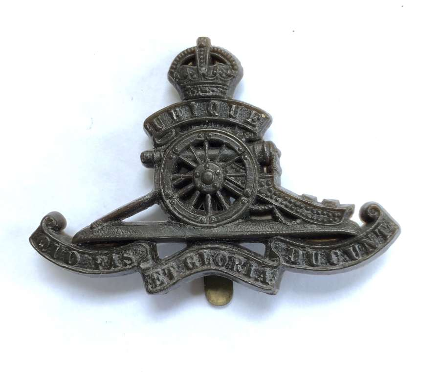 Royal Artillery rare WW2 plastic economy gun cap badge